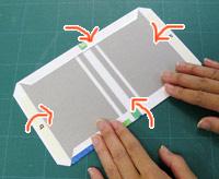 両面テープをはがして、4辺を貼ります。