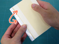 ワンタッチテープで背をくるむようにすれば本文のできあがりです。